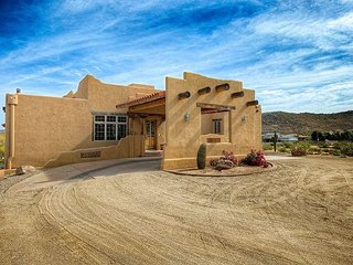 6BR/4.5BA Adobe w/ Horse Stable & Arena – Near Premium Shopping & Dining