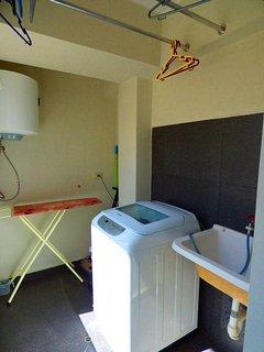Lavandería con lavadora de ropa.
