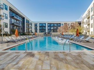 Modern Luxury at Uptown! Large 2/2 w/ Full Amenities! Walk Everywhere! 3UP2CFG