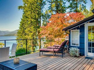 Vacation home to sleep 10 situated right on Christina Lake.