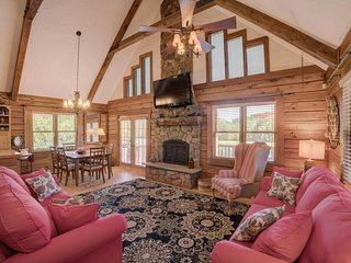 Restin Quarters: Luxurious Equestrian Log Cabin 2.7 mi to TIEC