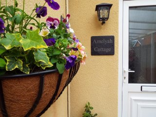 AMELYAH COTTAGE, studio cottage, centre of Winscombe, close to beach, Ref