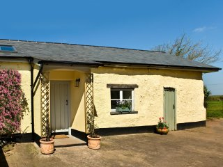 LITTLE BARN, character, rural views, near Crediton, ref 960563
