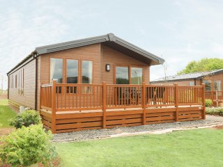COSY DREAMS, detached holiday lodge, all ground floor, on-site amenities, WiFi