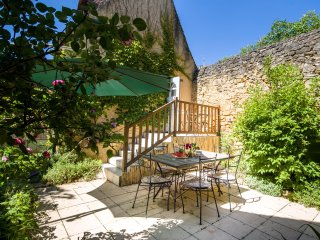 L'ABRI - COSY TWO BED TWO BATH COTTAGE IN DOMME WITH PRETTY PRIVATE COURTYARD