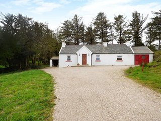 MICK'S COTTAGE, detached cottage, open fire, en-suite, parking, in Creeslough
