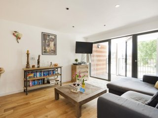 Spacious Akerman Road Hideaway apartment in Lambeth with WiFi, balcony & lift.