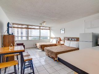 Bay view studio w/ resort amenities including a shared pool and beach access