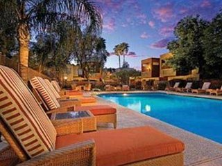 Comfortable condo steps to Old Town Scottsdale and Golf/Giants Stadium