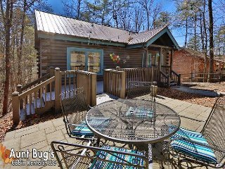 Loaded two bedroom cabin 1 mile from Pigeon Forge Parkway & Dollywood