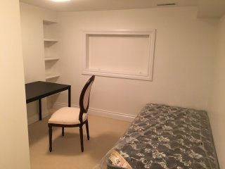 York Mills Subway-Cozy Quiet Clean Furnished Room