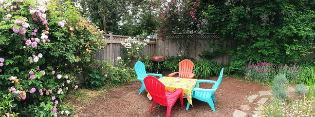 Arcata Stay's Sweet Home Stay 2 BD/ 2 BA bungalow fenced yard outdoor seating and BBQ