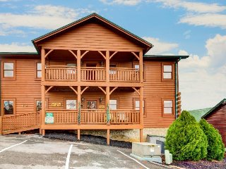 Spacious cabin w/private hot tub, game room, shared seasonal pool