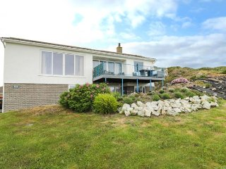 TRITONS REACH, luxurious bedrooms, garden and balcony, sea views in Lon isallt