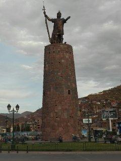 La imponente estatua del Soberano Inca Pachacutec.