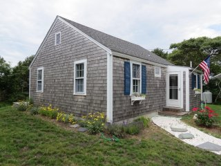 Cutest little beach cottage in Eastham (linens included); 021-E
