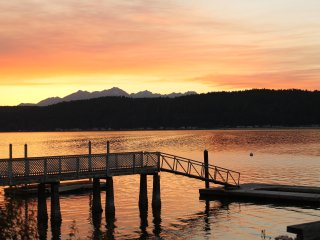 Hood Canal Waterfront home hot tub three boats oysters clams