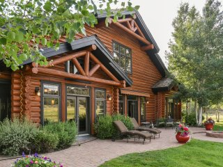 Beautiful Luxury Home on Pond and Golf Course, Near Skiing, Central Location!