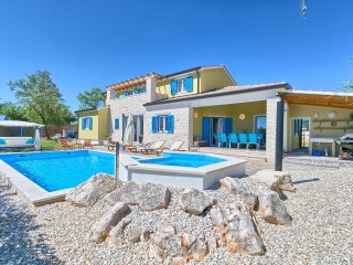 Gorgeous villa with pool, jacuzzi and sauna for 12 people