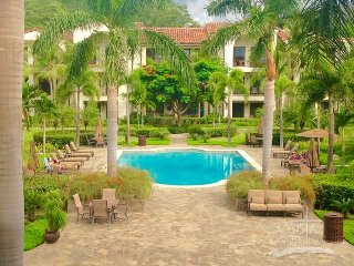 Pacifico L1008, beautiful condo, central located in between the pools