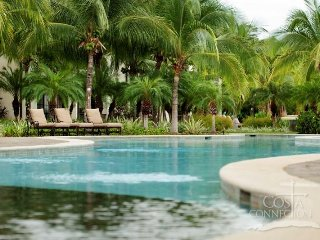 Pacifico L1308, Spacious updated 1BR condo, sleeps 4, overlooking the pool