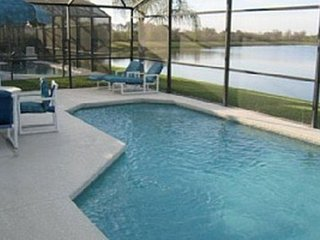Stunning lakeview villa with private pool,near disney,games room,free wifi,golf