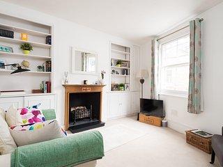 KENSINGTON, LONDON  SUPER MEWS HOUSE. 2 BEDROOMS. CLOSE TO TUBE & SHOPS