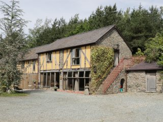 THE GRANARY, traditional building, beamed ceilings, rustic decor, near Bishop's
