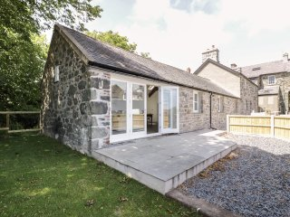 CEFYN BRYN BACH, all ground floor, easy access to beach and amenities, in