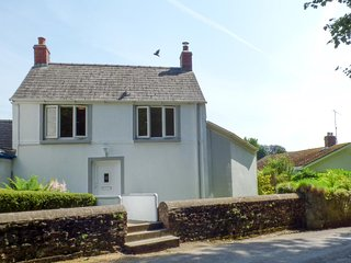 SPRING GARDEN COTTAGE, large rooms, WiFi, theme parks nearby, in Laugharne Ref.