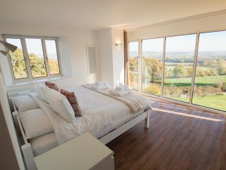 BEAUTIFUL COTSWOLD VIEW, stunning panoramic views, WiFi, large and luxurious, in