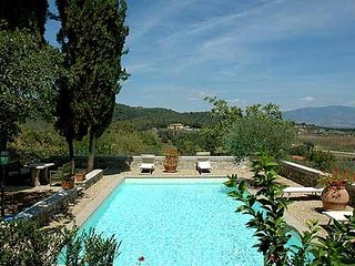 Large villa in ancient town of Figline Valdarno with jacuzzi, swimming pool and garden, sleeps 10