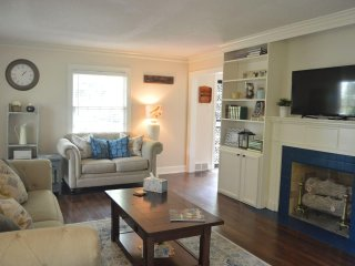 Midtown Colonial with 5 Real Beds-ALL FOR YOU