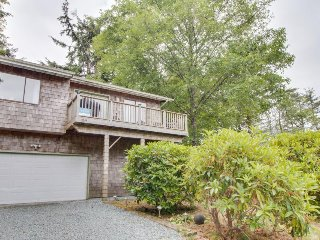 Charming, dog-friendly home w/ private washer/dryer & free WiFi - walk to beach!