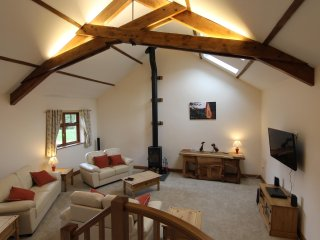 The Granary,Wifi, log burner, vaulted lounge, walk to the pub!
