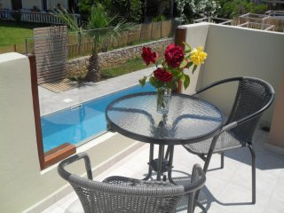 Pool View Apartment, 1st floor, walk to the beach, free transfer lake Kournas