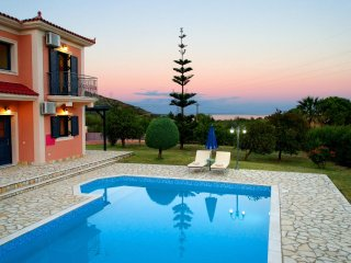 Villa Nyx, Outstanding Villa w/ Private Pool, easy access, close to amenities