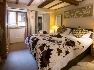 SKIVILLAROGER -  Stunning Chalet, 4 En-Suite Bedrooms, Hot Tub, BBQ & Terrace