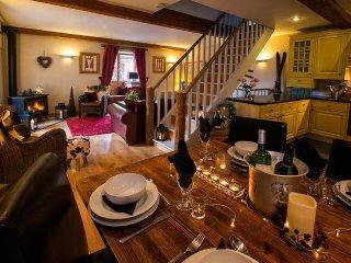 SKIVILLAROGER -  Stunning Chalet, 4 En-Suite Bedrooms, Hot Tub, BBQ & Terrace
