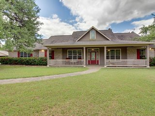 Family-friendly Hill Country home with large yard and a jetted tub!