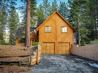 Classic alpine home with rustic charm, close to skiing, hiking, and lakeside fun