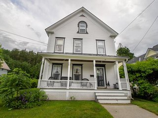 Second floor of a remodeled Victorian home - long-term renting available