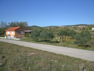 VRANA, HOUSE WITH VINEYARD