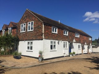 Charming 2 Bedroom Cottage in Rye Centre with secluded garden & private parking