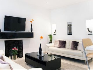 Beautiful Centrally located 2 Bedroom Garden Flat West Kensington London UK