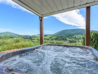 Huge 6BR Mountain Lodge with views of Mountains and the Town below! Hot Tub