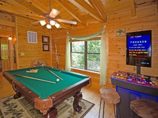 LOG CABIN ,MOUNTAIN VIEWS,RESORT,HOT TUB,POOL TABLE, JACUZZI, 7MIN - THE ISLAND