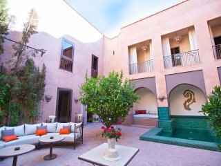 Magnificent Fullystaffed Riad with private hamam and Jacuzzi and access to pools