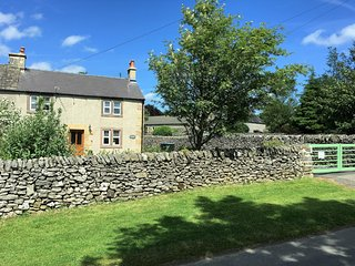 Characterful ,pet friendly cottage,sleeps 4,stunning views,village location