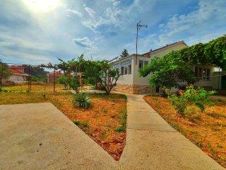 Villa Sunce, kuća okružena vrtom  s pogledom na Grad i luku, vlastiti parking